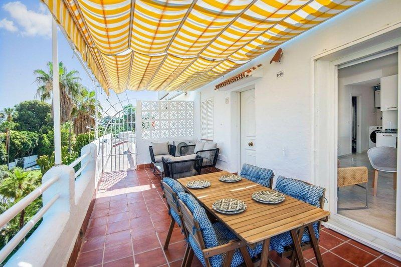Bella balcone / terrazzo con salone e zona pranzo