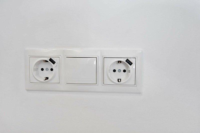 prese elettriche con il caricatore USB per telefoni in ogni camera da letto