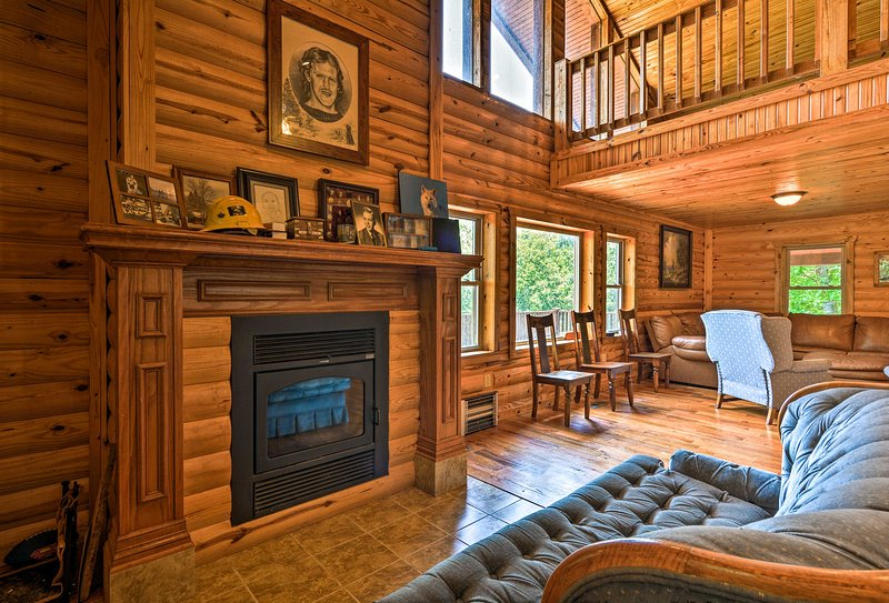 Pastoral Log Cabin w/ Trails ~ 1Mi to Grand Lake, holiday rental in Fairland