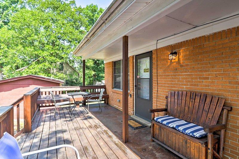 La cabina per 8 offre 2 camere da letto, 1 bagno e accesso darsena.