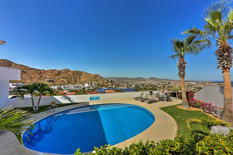 Follow your wanderlust to this condo perched on the cliffs of Cabo San Lucas!