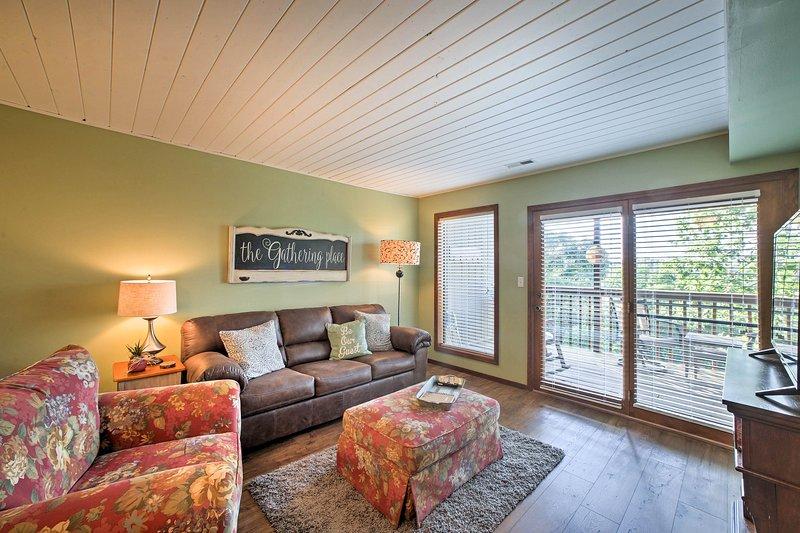 Este 2 dormitorios, 2 baños alquiler de vacaciones de Branson West tiene una planta libre.