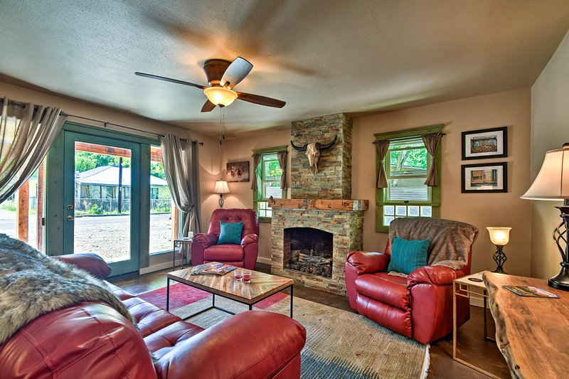 Cozy Home w/Media Room - 11 Min Walk to Taos Plaza, holiday rental in Ranchito
