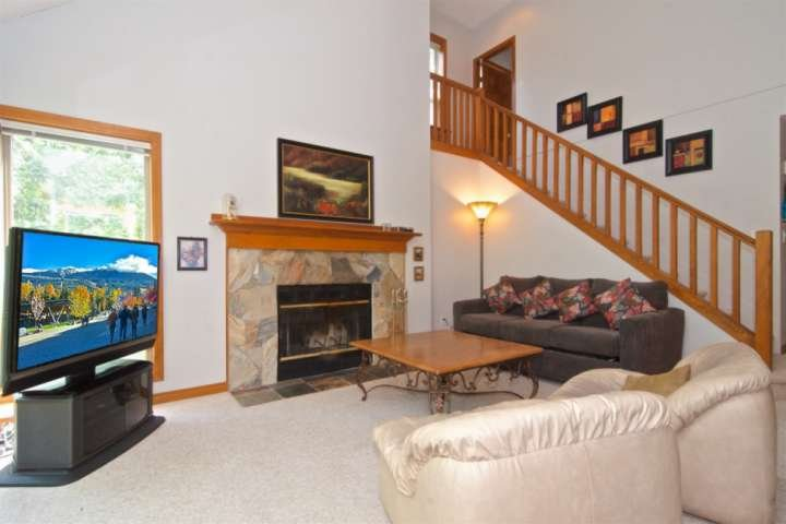Chimenea de leña, cómodos asientos con sofá-cama ... tenga en cuenta las escaleras detrás de ir a la habitación de dormitorio principal superior