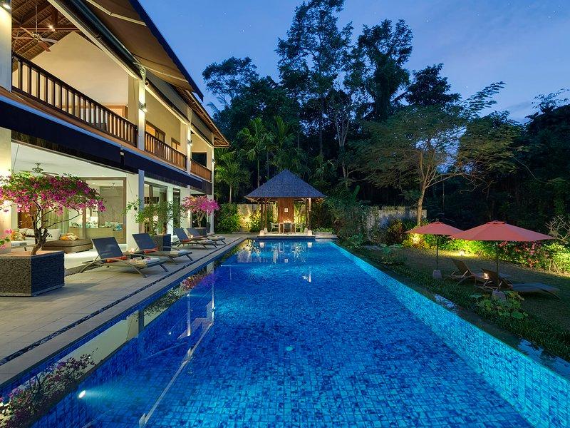 Villa Shinta Dewi Ubud - Poolside at night