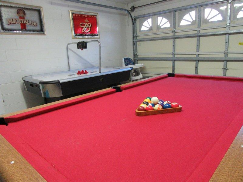 Spacious 4 Bedroom Villa-SF Pool with Lake View, Games Room, WiFi, BBQ, Disney, vacation rental in Orlando