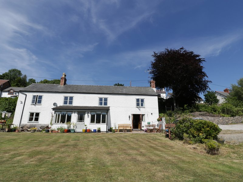 THE COTTAGE, stunning countryside views, near Cefn Mawr, Ferienwohnung in Ruabon