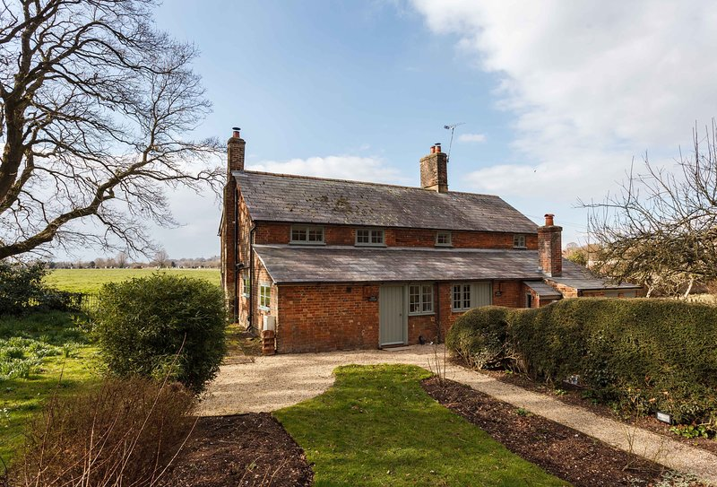 Plum Cottage - 18th Century cottage on the edge of Wimborne, holiday rental in Horton