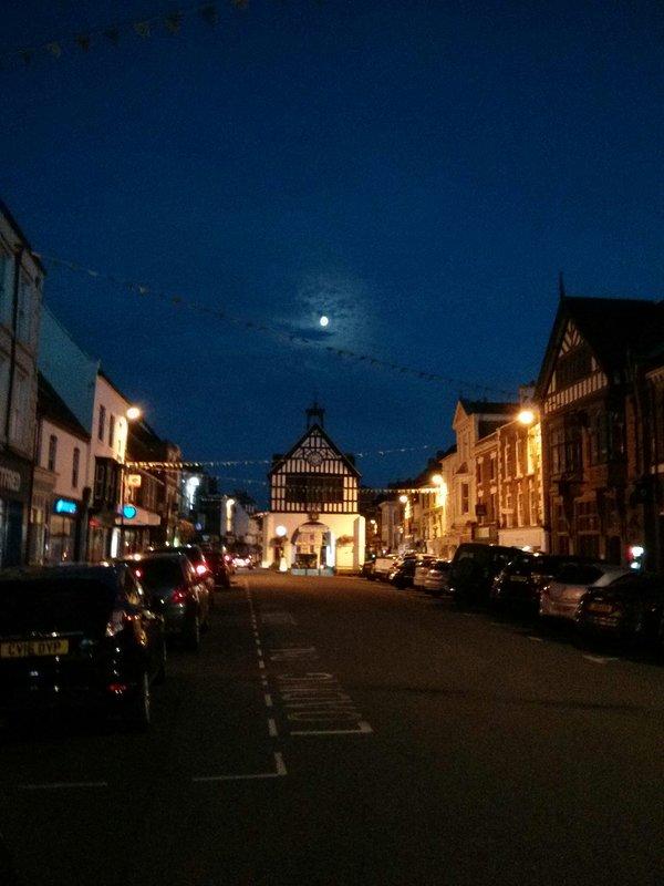 Lune au-dessus de la mairie