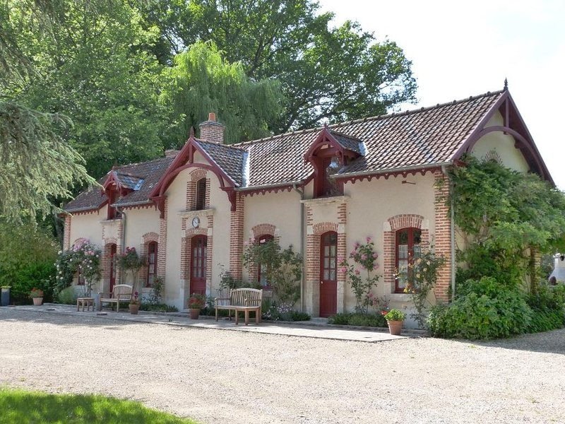 Le chalet, les glycines, habitat traditionnel tout confort 3 *  parc de 15 ha, holiday rental in Ligny-le-Ribault