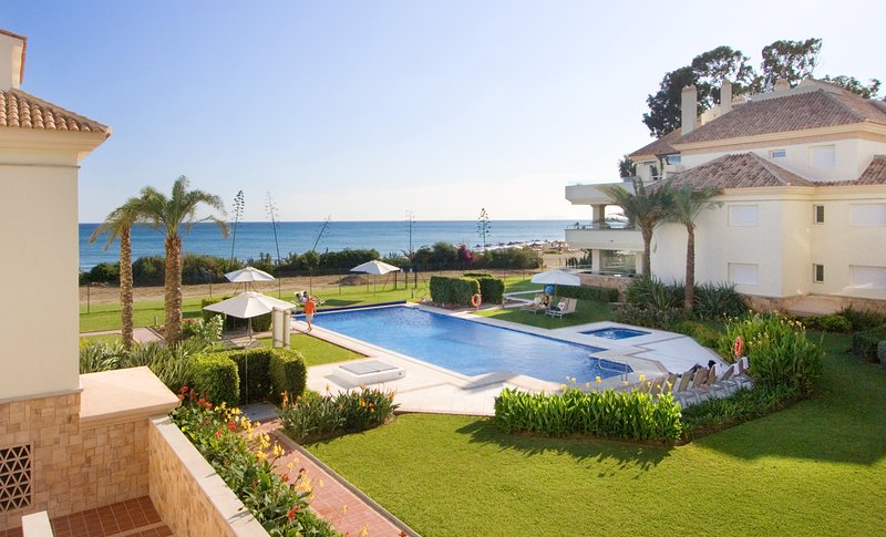 214-1st Floor luxury beachfront,sea views, heated pool, location de vacances à Cancelada