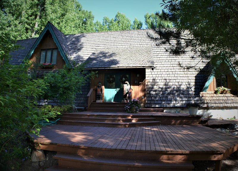 7,000 sq ft Cabin With Private Lake incl Zip Line on 36 Private Acres, SE Idaho, holiday rental in Idaho Falls