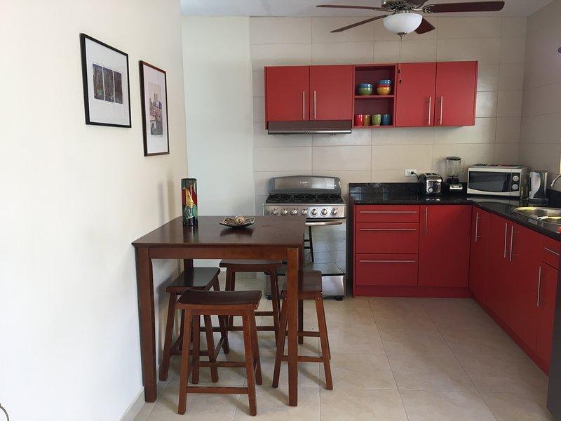 Kök och frukostbordet med takfläkt