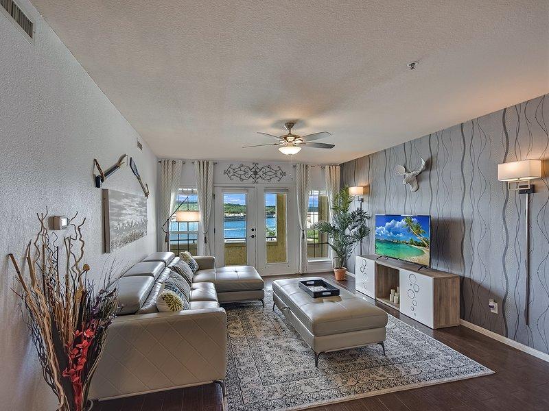 Plush Lake Travis Island Condominium with Lake view!, holiday rental in Briarcliff
