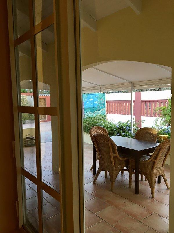 Ver a través de la ventana del dormitorio al porche