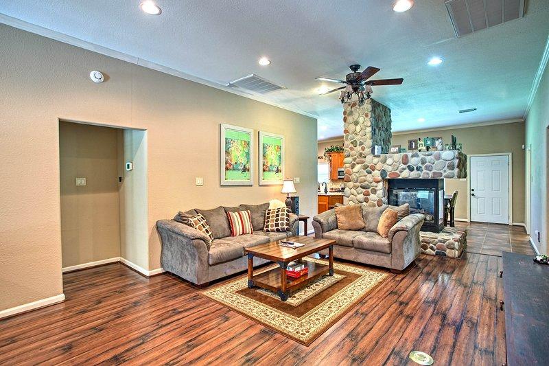 En el interior, encontrará 5 dormitorios, 4 completos y 2 medios baños, y espacio para 10!