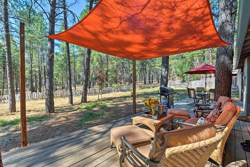Questa casa vi permette di godere di una vista legnose da veranda al cortile.
