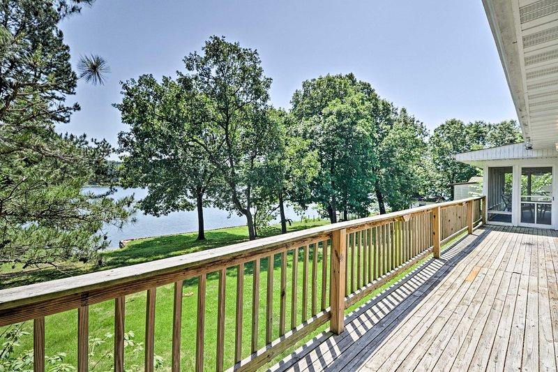 Lake House w/Deck on Crown Lake near Ozark Forest!, aluguéis de temporada em Cherokee Village