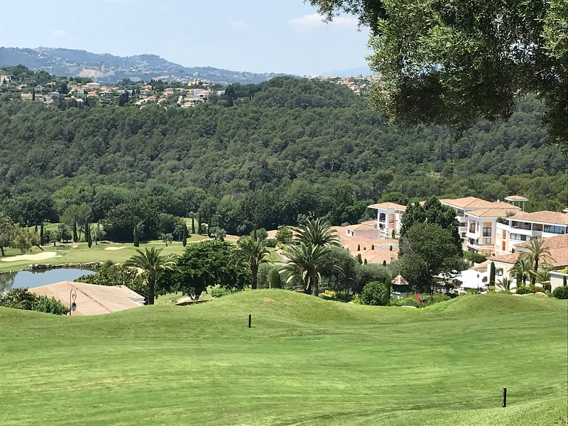 Royal Mougins Golf ( Nr Cannes)- Beautiful Apartment Nr Coast and Villages, Ferienwohnung in Mougins