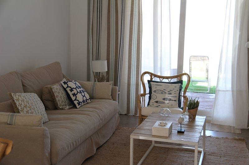 Bonita vivienda  unifamiliar adosada en dos plantas, con porche y jardín., holiday rental in Zahara de los Atunes