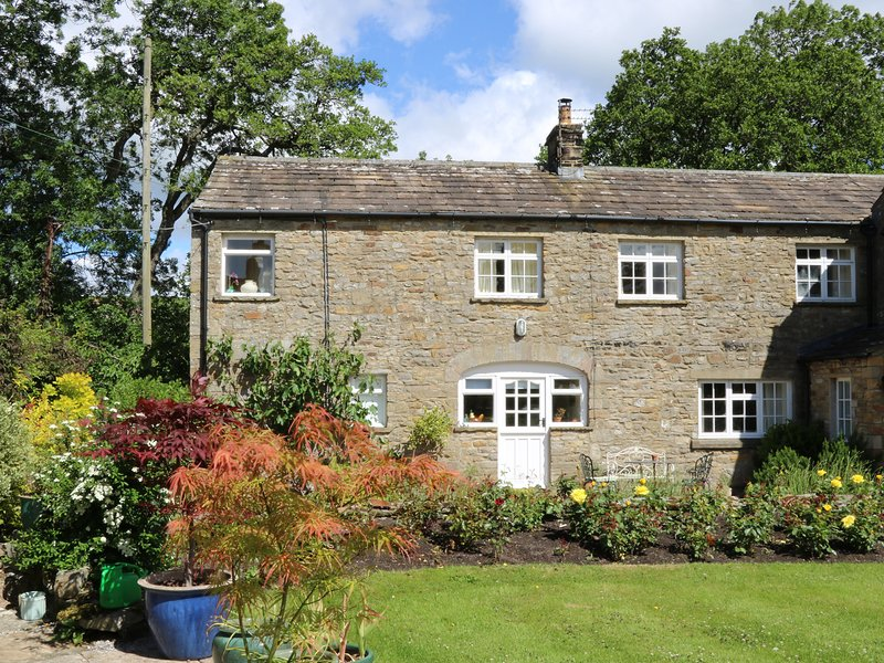 COVERDALE COTTAGE, pub close by, woodburner, rural views, in Carlton, vacation rental in West Witton