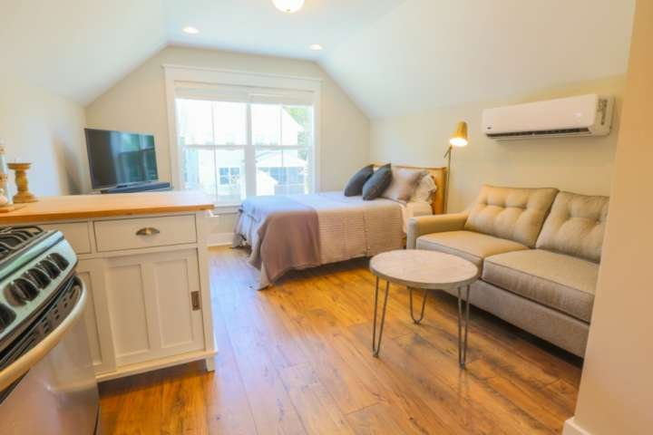 New Dog Friendly Studio! Perfect Business Traveller/Romantic Weekend Suite! Clos, vacation rental in North Charleston