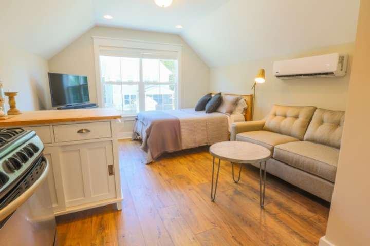 New Dog Friendly Studio! Perfect Business Traveller/Romantic Weekend Suite! Clos, alquiler de vacaciones en North Charleston