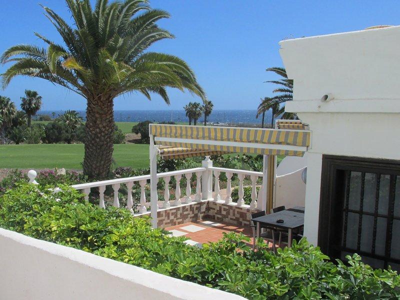 Una vista mozzafiato dalla terrazza in tutto il fairway 13 al mare