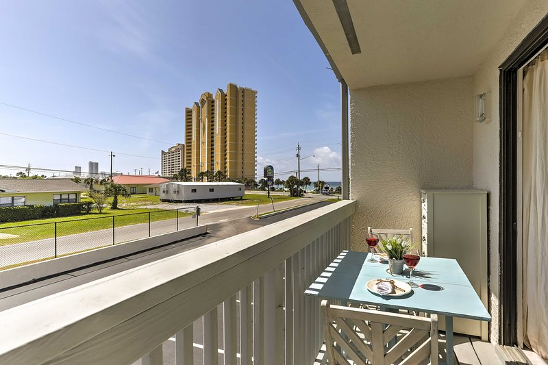 Enjoy partial ocean views from the private balcony and on-site amenities!