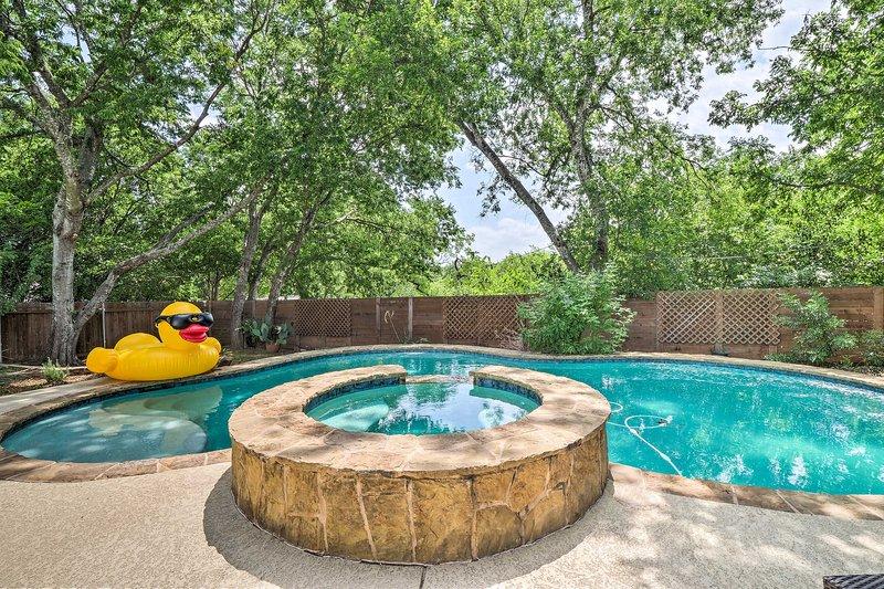 Une retraite relaxante à Austin vous attend dans cette maison de vacances de 3 chambres et 1,5 salle de bain.