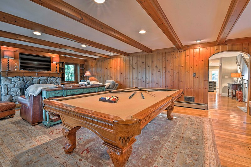 This 5BR, 2.5-bath home for 10 features a dock, boat slip, game room, and more.