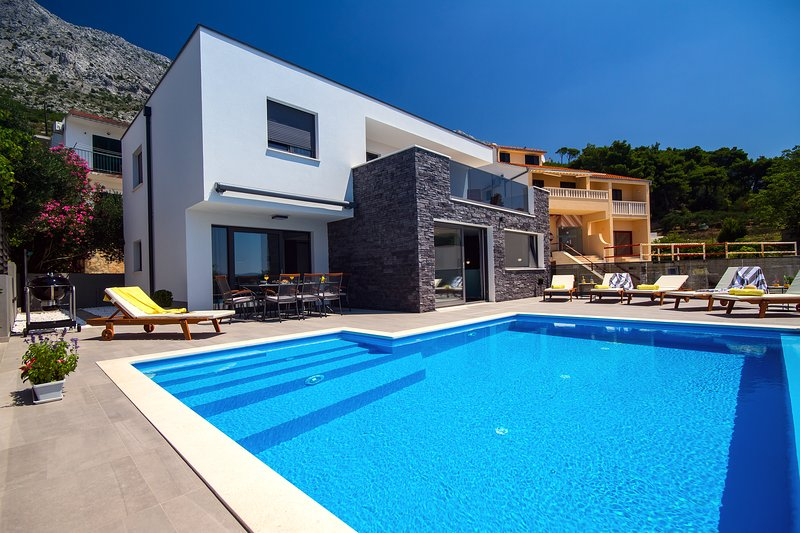 Villa Soriano with private, heated pool & sea view, 130m from sea, 8 persons max, Ferienwohnung in Mimice