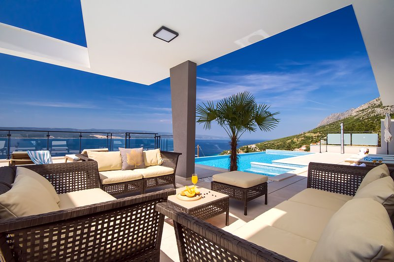 Luxury Villa Avior with heated pool, sauna and gym,4 bedrooms, amazing sea view, Ferienwohnung in Mimice