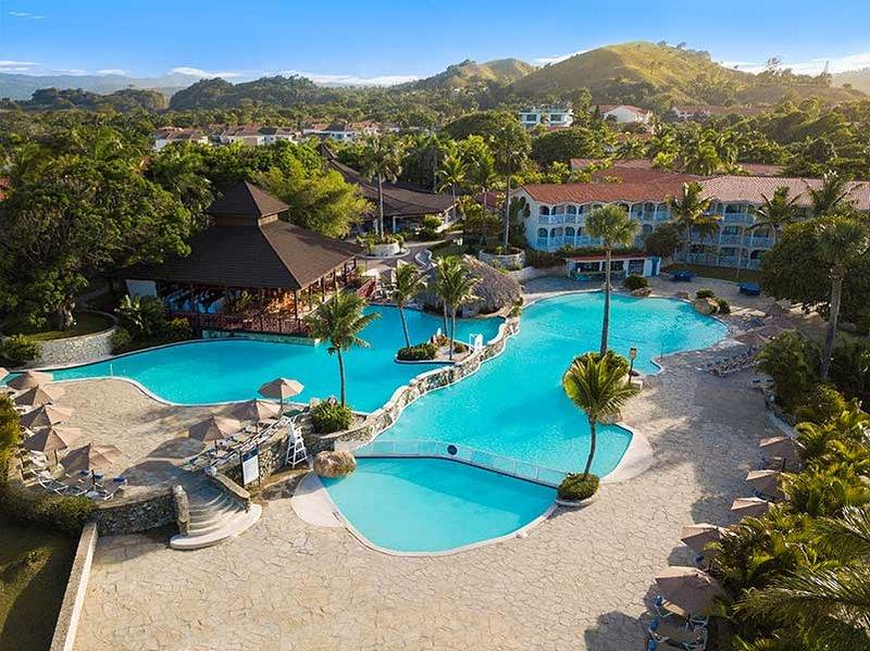 Vista aérea da piscina tropical principal