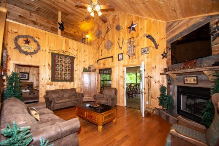 Woods Mtn Cabin-Spacious deck/ Hot Tub/ Handicap Accessible w/lift - Minutes fro, holiday rental in Gatlinburg