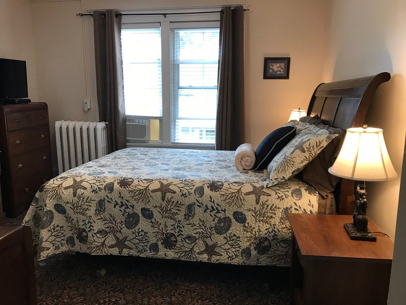 Queen Bedroom - Air Conditioning and Cable TV