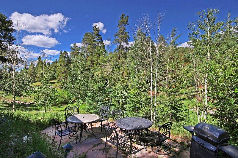 """Propiedad SkyRun - """"Bear Pine Chalet"""" - Patio privado con asientos para relajarse y socializar"""