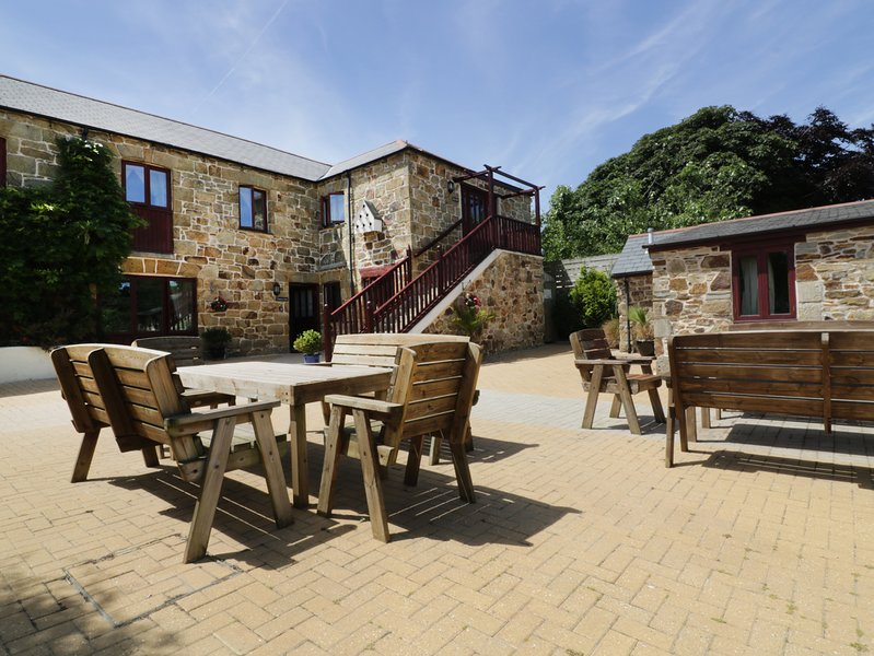 SEA OWL, open-plan barn conversion, near Newquay, holiday rental in Colan