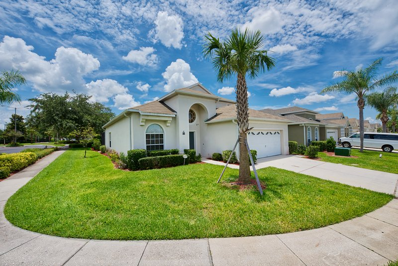 Stunning 6 Bed Pool Home Close to Disney Parks., alquiler de vacaciones en Kissimmee