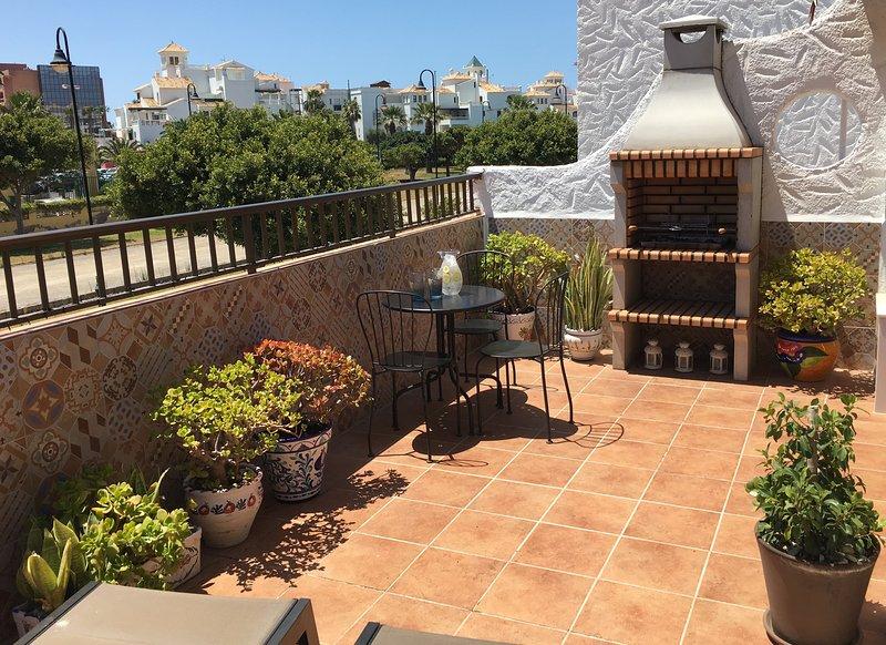 Sud terrazza con sedie a sdraio confortevoli, barbecue, tavolo e sedie Bistro, splendida vegetazione troppo.