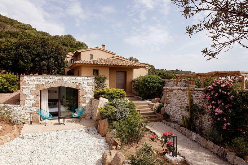 A Signadora Villa 4 chambres 200m2 climatisée Vue Mer piscine chauffée, holiday rental in Bonifacio