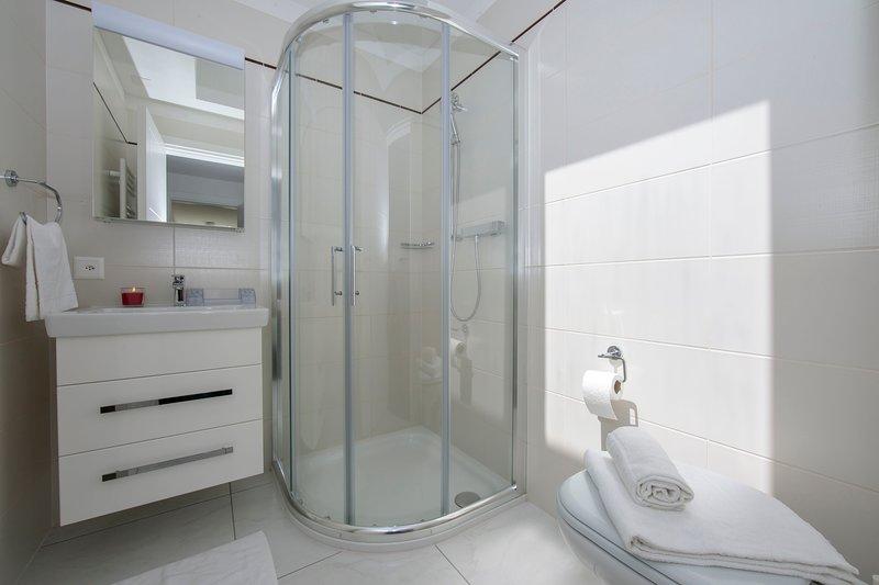 Badkamer met douche voor de tweede kamer