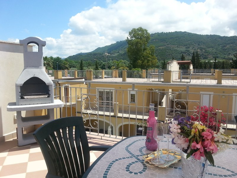 Beautiful apartment with roof terrace and shared pool, vakantiewoning in Acconia