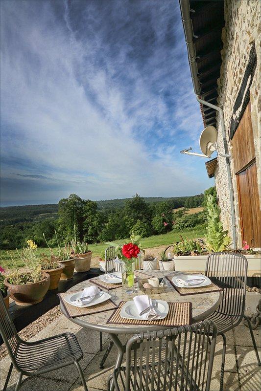 Desayuno en el frente de la casa de campo con impresionantes vistas.