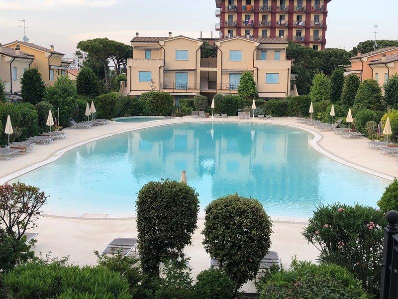 La bella e grande piscina di circa 750 mq con zona adatta ai bambini