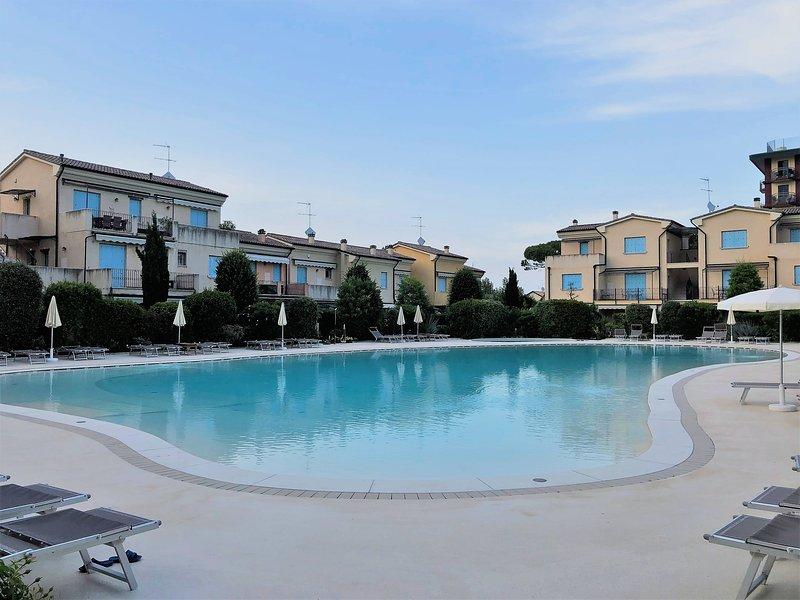 particolare della piscina di circa 750 mq con zona adatta ai bambini