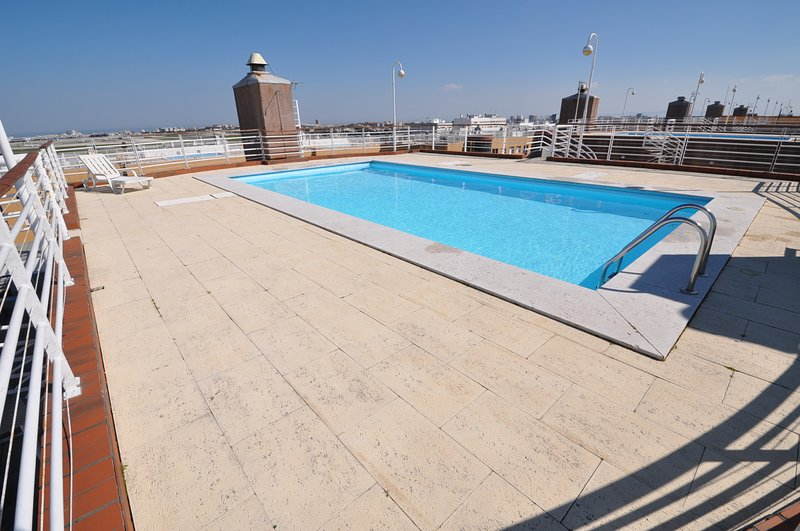 APARTMENT LISBON 4 PEOPLE, SWIMMING POOL, METRO, PARKING, holiday rental in Odivelas