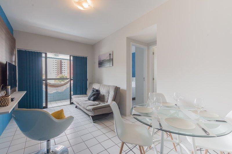 PIP201 Agradável flat com varanda em Boa Viagem, próximo Shopping Recife, para a, holiday rental in Recife