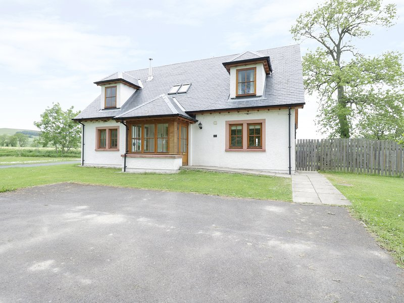 HOLLY HOUSE, woodburning stove, open plan,king size, en-suite, games room, holiday rental in Angus