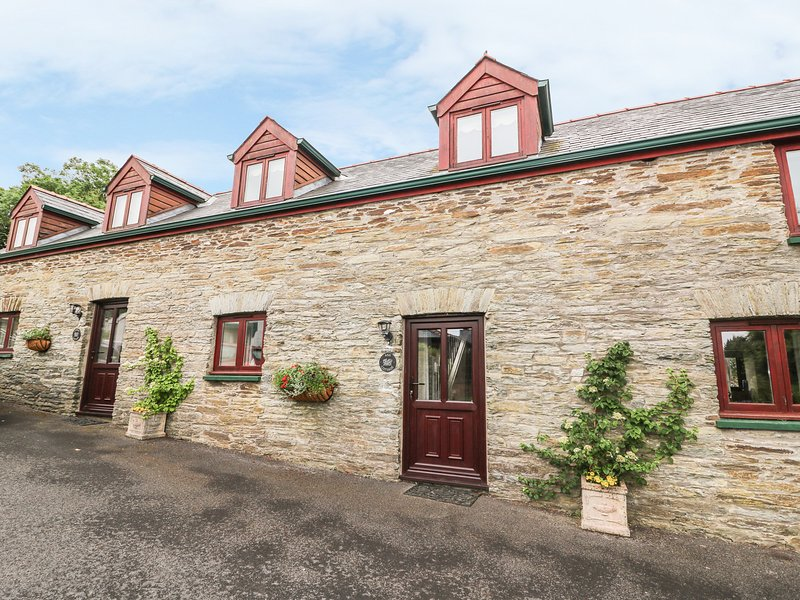 ASH COTTAGE, mid-terrace, private enclosed patio, WiFi, parking, peaceful base, holiday rental in Coed Y Bryn